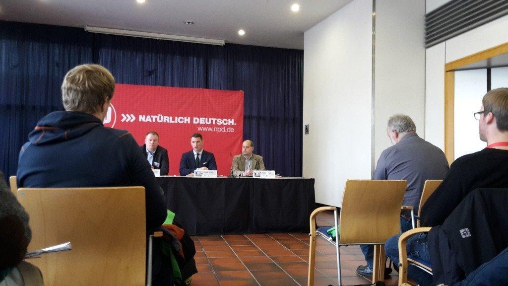 NPD-partijvoorzitter Frank Franz (midden) tijdens de persconferentie in Weinheim. Foto: Duitslandnieuws