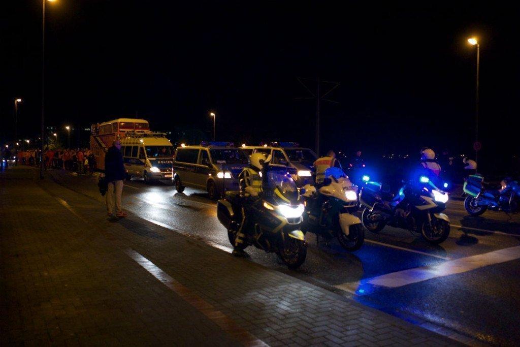 Oranjesupporters onder begeleiding van de Duitse politie. Foto: Roy van Veen