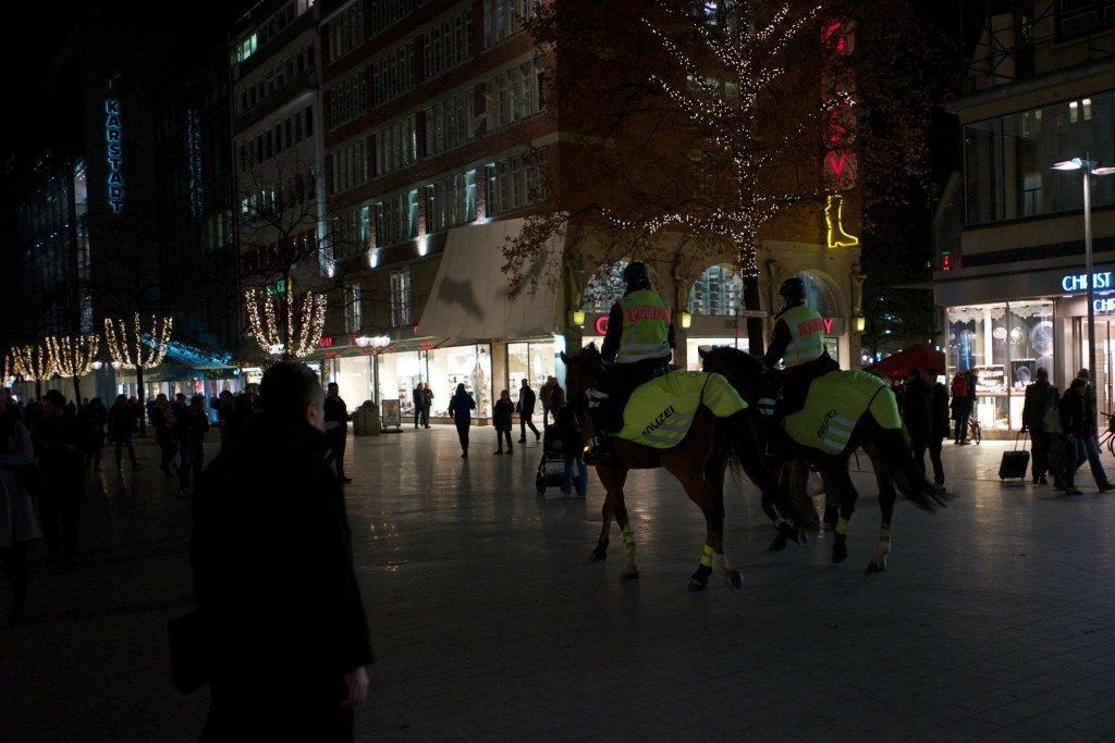 Na de afgelasting patrouilleerde de politie te paard door het centrum van Hannover. Foto: Roy van Veen