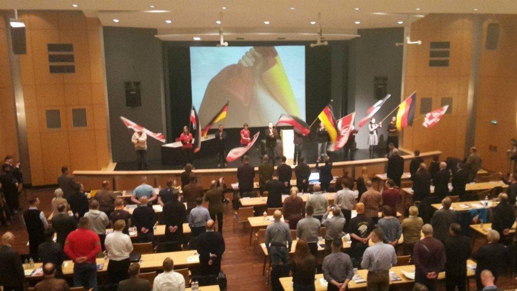 NPD'ers zwaaien met vlaggen bij het begin van de partijdag. Foto: Duitslandnieuws