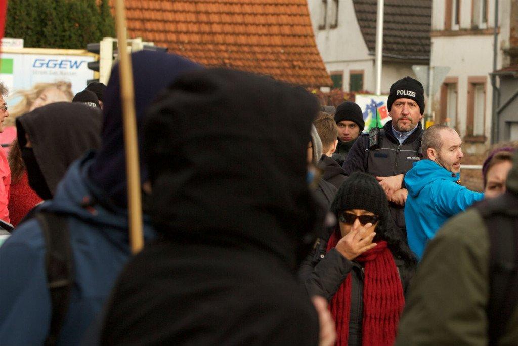 Een agent observeert de harde kern van linkse demonstranten. Foto: Duitslandnieuws/Roy van Veen
