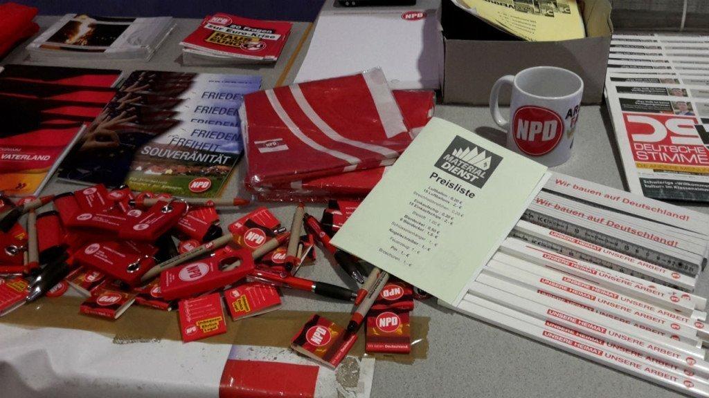 Merchandise: NPD-lucifers, bierpullen, vlaggen, folders en duimstokken. Foto: Duitslandnieuws