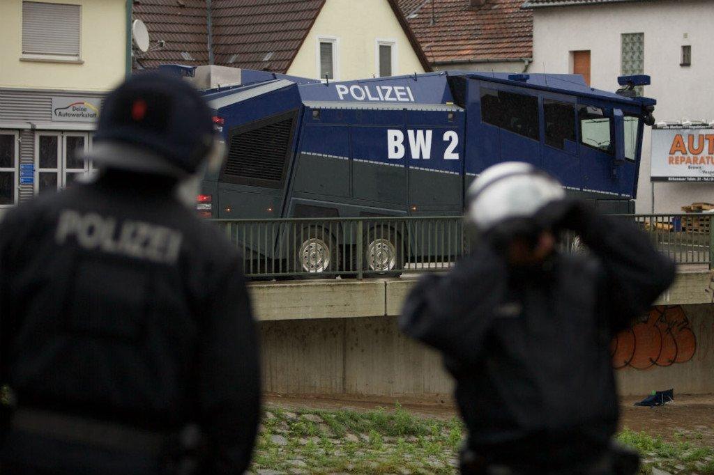 De politie moest traangas, wapenstokken en het waterkanon inzetten. Foto: Duitslandnieuws/Roy van Veen