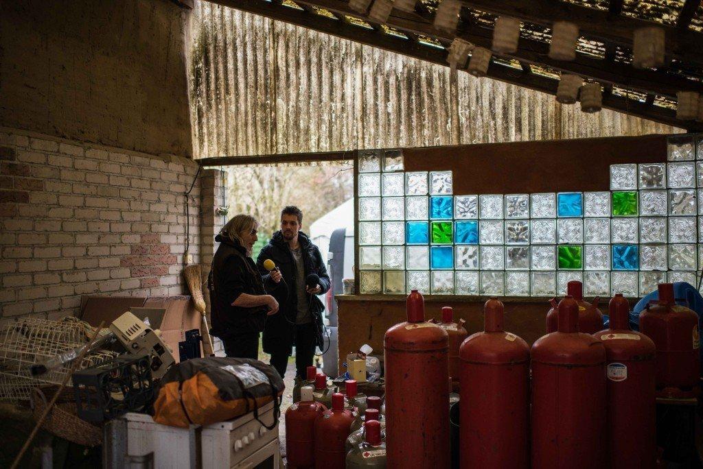 De kookmaterialen zijn in verschillende schuren en tenten rondom Kats huis opgeslagen. Foto: Pieter Heijboer.