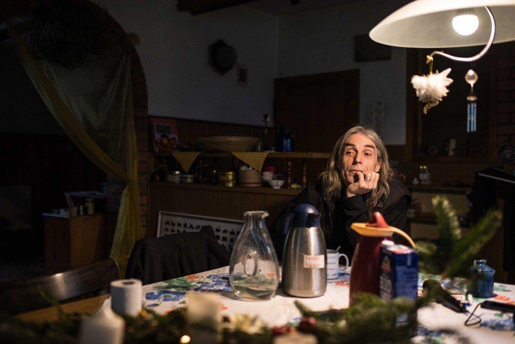 Kat in zijn woonkamer. Foto: Pieter Heijboer.