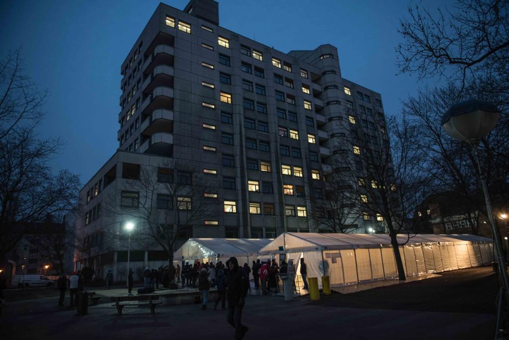 Het hoofdgebouw van Aanmeldcentrum Lageso in Berlijn, op de voorgrond de wachttent. Foto: Pieter Heijboer.
