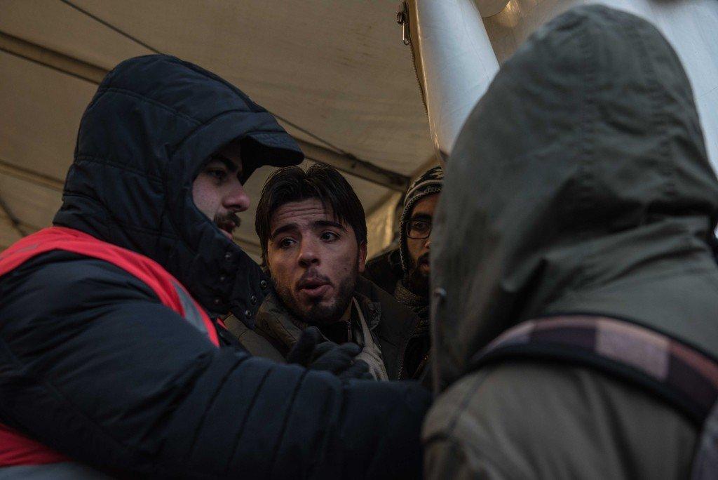 Een man discussieert met een bewaker bij de ingang van de tent. Foto: Pieter Heijboer