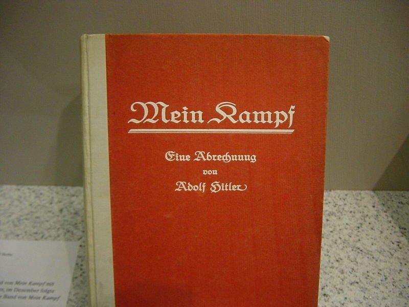 De eerste druk van Mein Kampf uit juli 1925. Foto: Wikimedia Commons/Anton Huttenlocher.