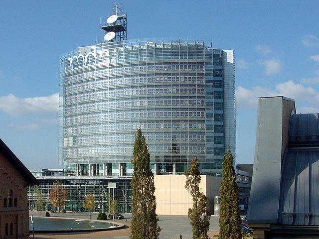 Het hoofdkantoor van de Mitteldeutsche Rundfunk. Een van de grotere Oost-Duitse bedrijven. Foto: Martin Geisler via German Wikimedia.