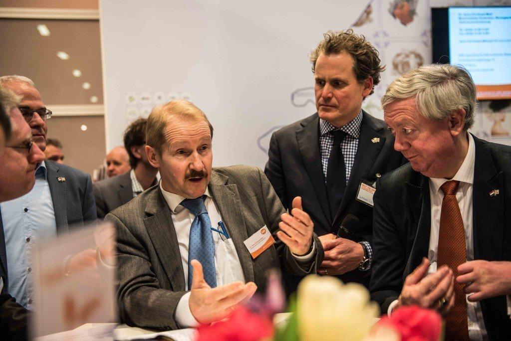 Onderzoeker Hans-Christoph Behr (links) beantwoordt vragen na de presentatie van het onderzoek op de Fruit Logistica in Berlijn. Naast hem coördinator Jochem Wolthuis en topambtenaar Hans Hoogeveen. Foto: Pieter Heijboer.