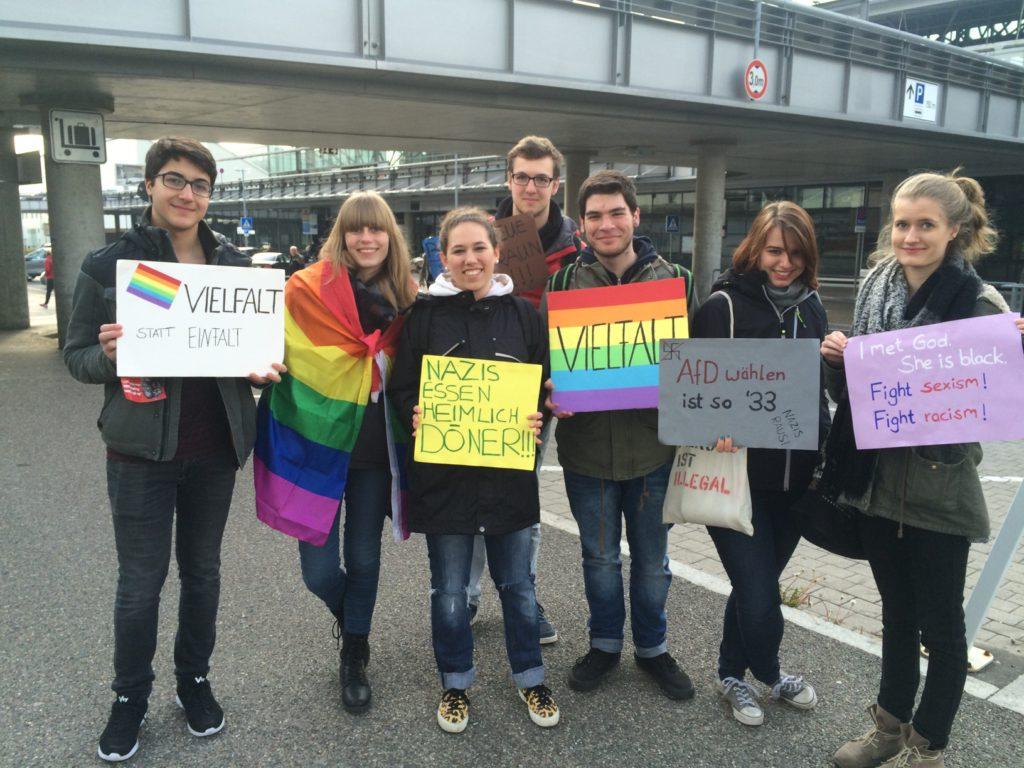 Deze jonge Grünen demonstreren tegen de AfD. Ze zijn zojuist weggejaagd door de politie. Foto: Job Janssen