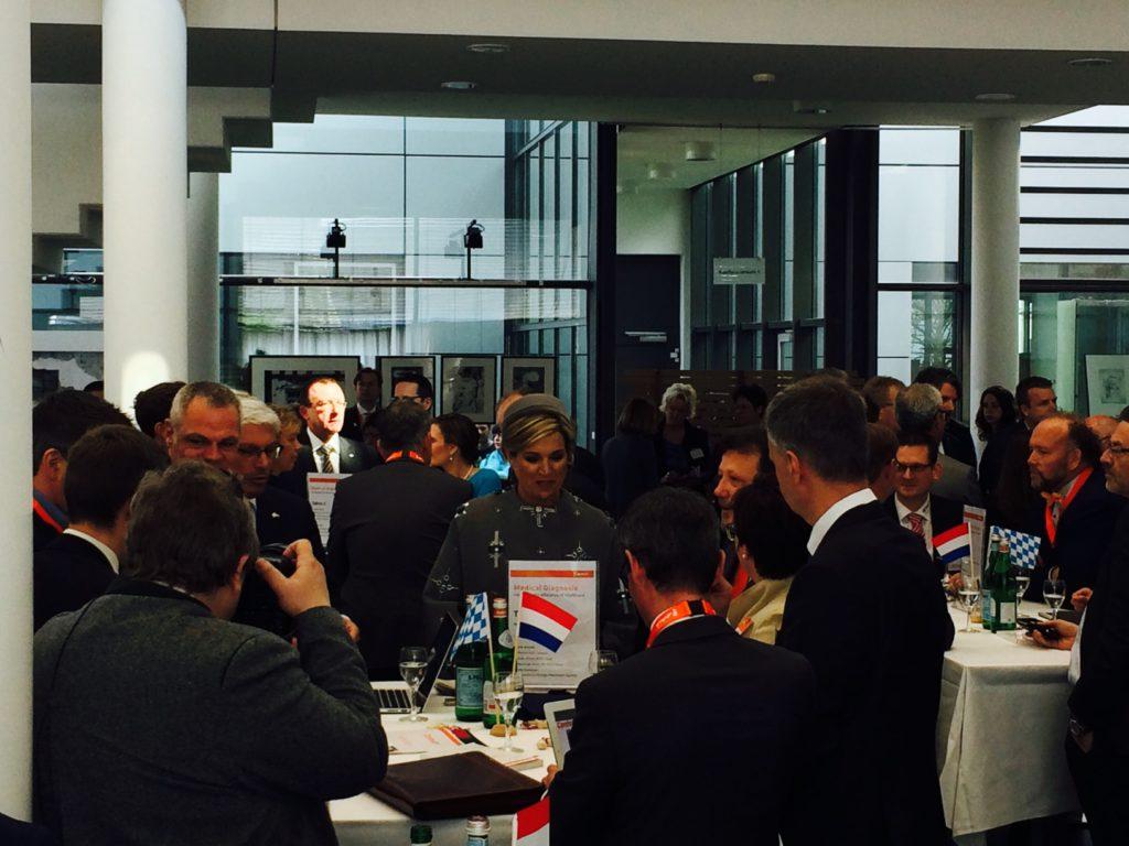 Koningin Máxima mengt zich onder de deelnemers van de dialoog. Foto: Derk Marseille/Duitslandnieuws